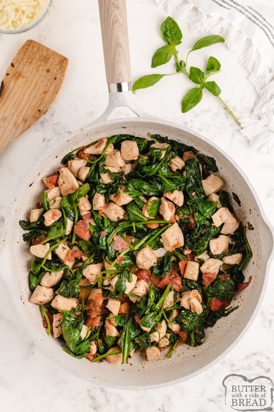 Italian Chicken Skillet is the perfect one-dish meal that can be made in less than 30 minutes! Perfect simple and healthy dinner recipe full of chicken, tomatoes, spinach and mozzarella.